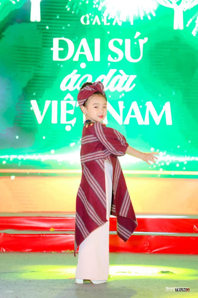 Mẫu nhí Yến Oanh diễn mở màn tại gala đại sứ áo dài việt nam 2021 của NTK Nguyễn Việt Hùng