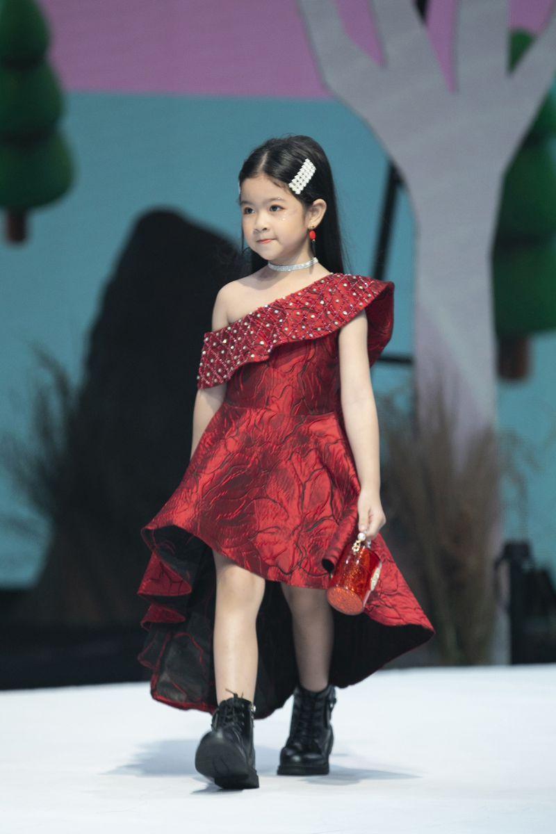 """NGHĨA Baby """"Đốt cháy"""" sân khấu tuần lễ thời trang trẻ em Vietnam Junior Fashion Week"""