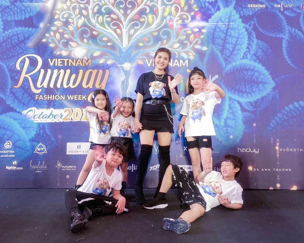 Lần đầu trình làng Vietnam Junior Fashion Week LyLy Yến Oanh khiến khán giả đứng ngồi không yên.