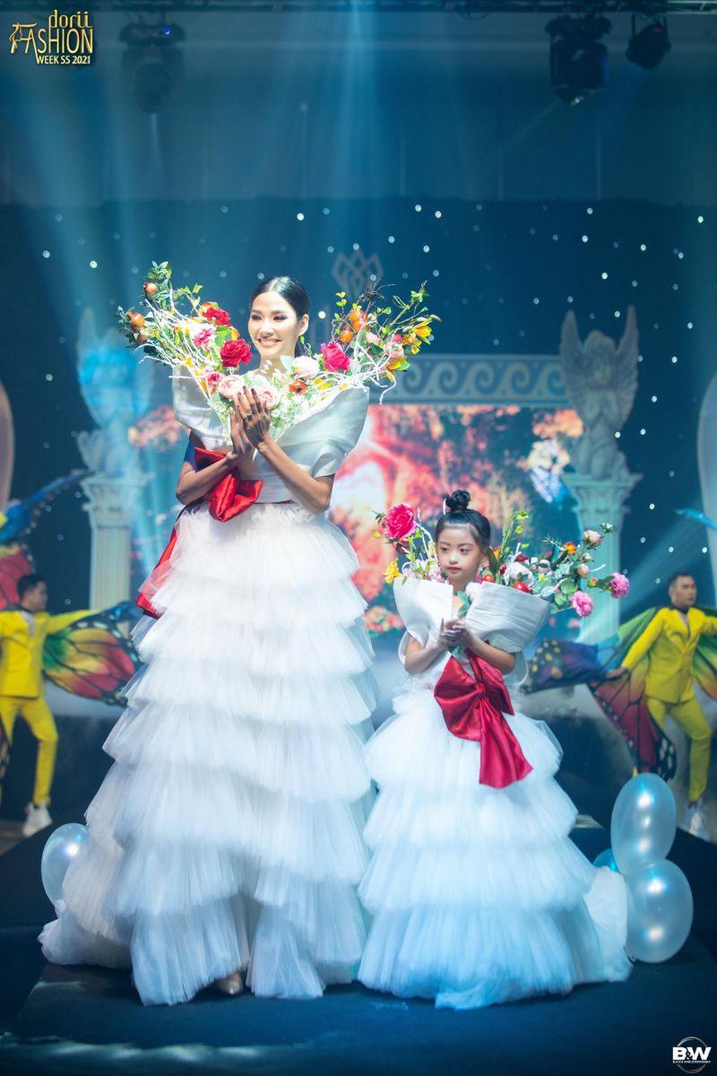 """Angel Nguyễn Suri cùng siêu mẫuHoàng Thùy hóa thân thành """"Thiên thần hoa"""" khuấy đảo sàn diễn Dorii"""