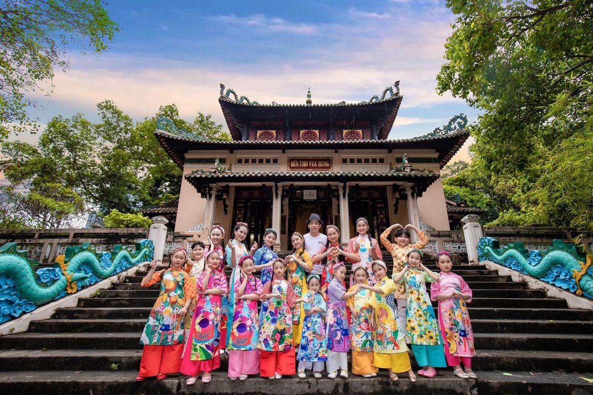 Yến Oanh cùng team Dorii Kids và NTK Tạ Linh Nhân trong lễ hội áo dài 2020