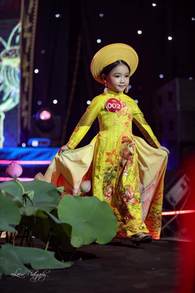 """Cùng nhìn lại 1 năm sau ngày đăng quang """"Quán quân siêu mẫu áo dài nhí"""" Tô Hồng Yến Oanh"""