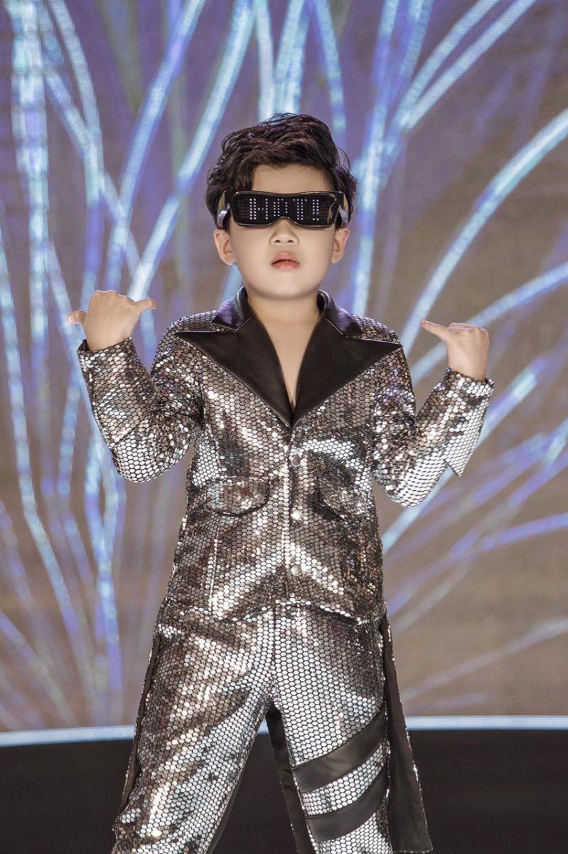 Kiến đạt trong bộ trang phục của NTK Trần Thanh Mẫn
