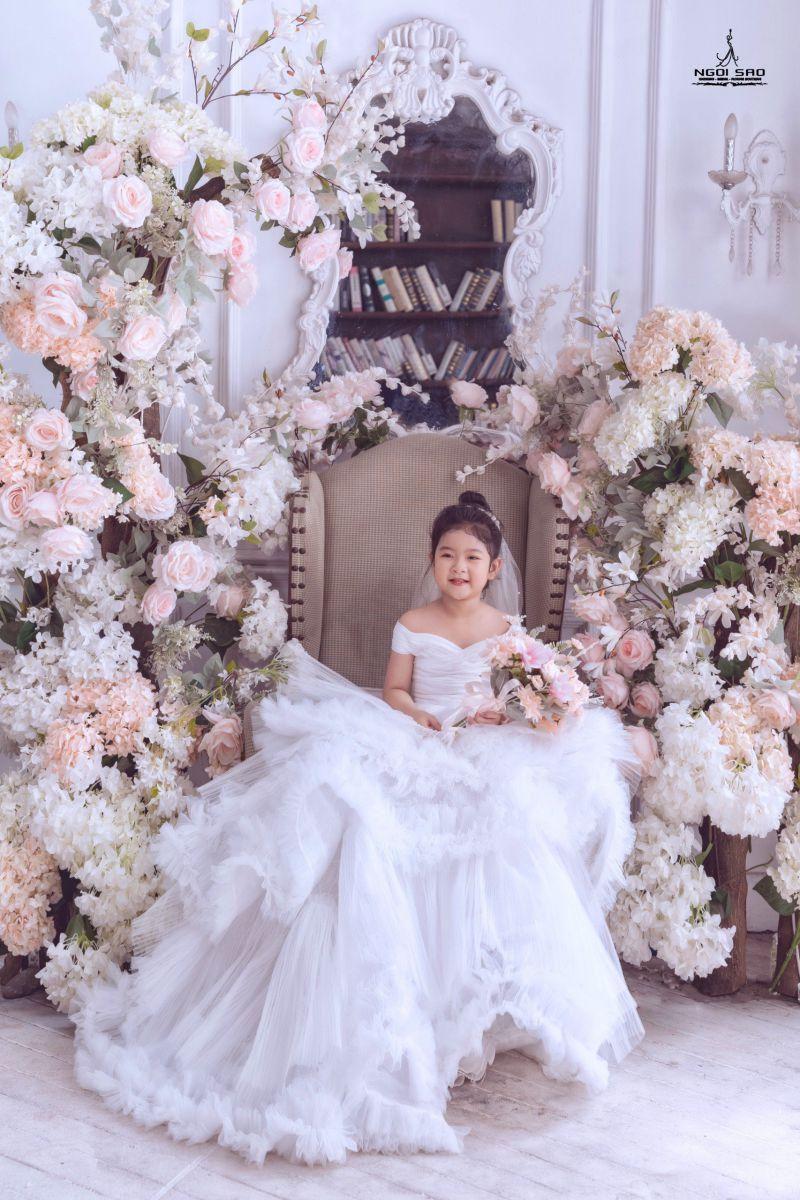 """Mẫu nhí Campuchia 5 tuổi gây bão cộng đồng mạng Việt với bộ ảnh """"Gia đình cực đáng yêu"""""""