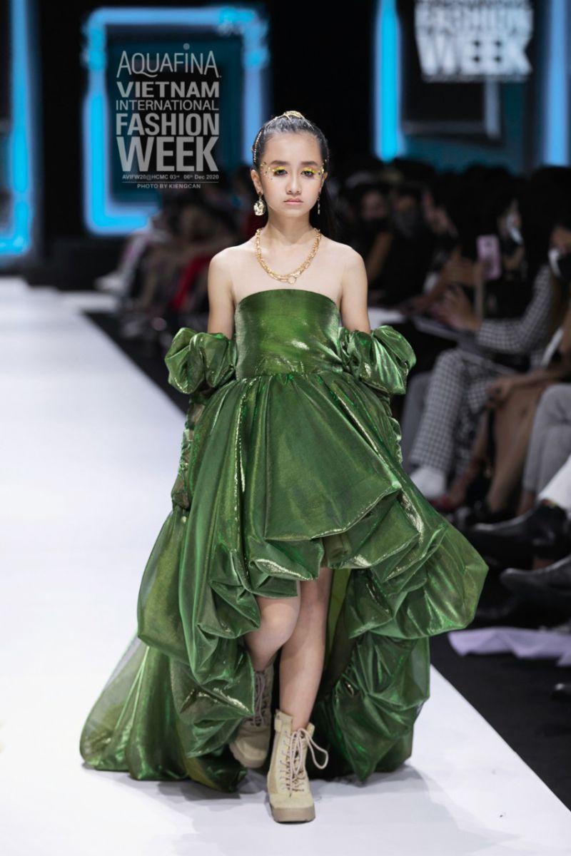 Nguyễn Ngọc Vân Anh nổi bật trên sàn diễn với những bước chân catwalk chuyên nghiệp cùng khí chất đầy sự tự tin.