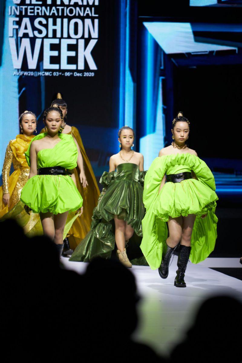 Mẫu nhí Nguyễn Ngọc Vân Anh catwlak cùng Lynk Lee mở màn tuần lễ thời trang