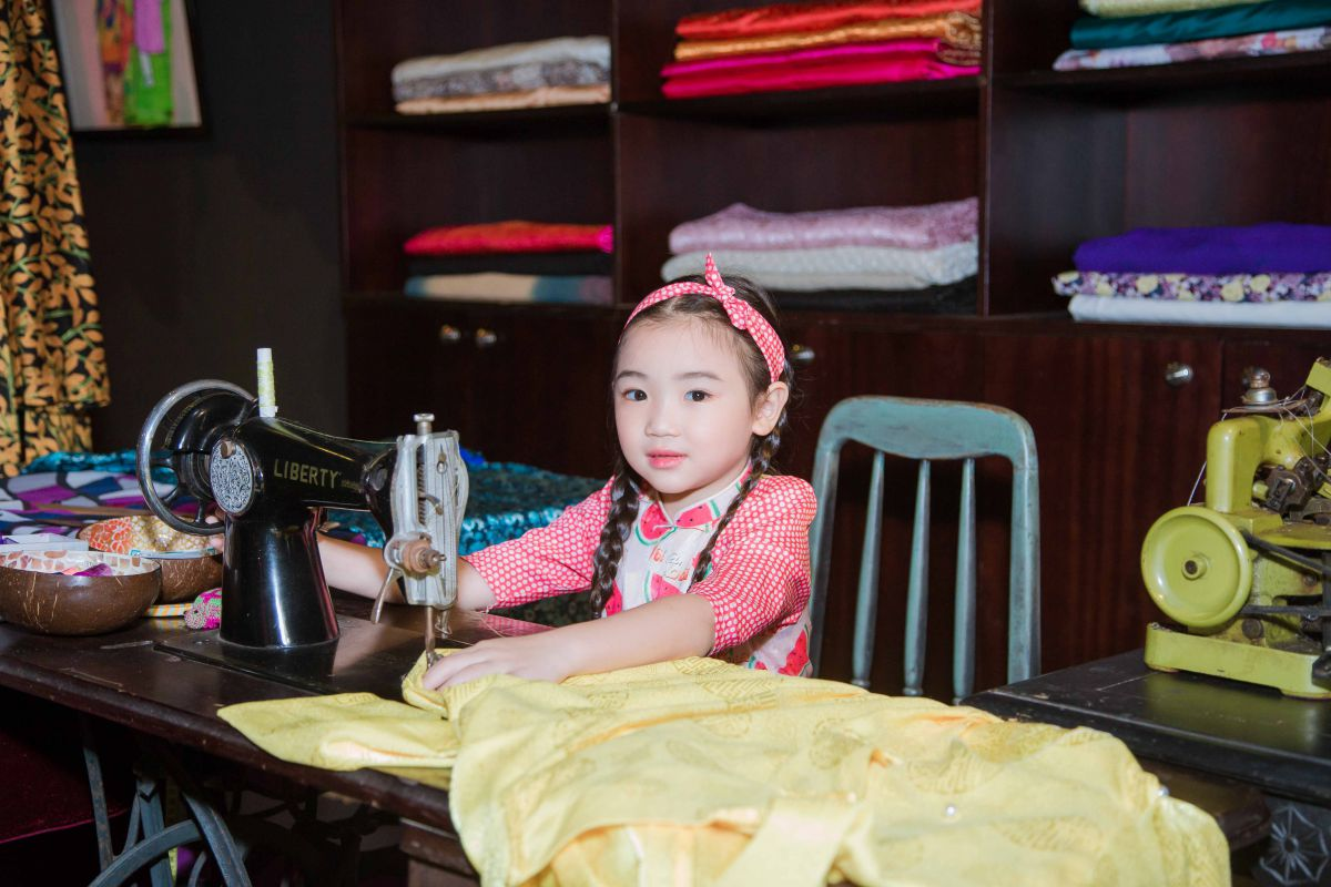 """Quán quân siêu mẫu áo dài nhí Tô Hồng Yến Oanh đại diện cho hơn 200 model nhí đi dự họp báo """"Lễ hội áo dài Tp HCM lần thứ 7"""""""