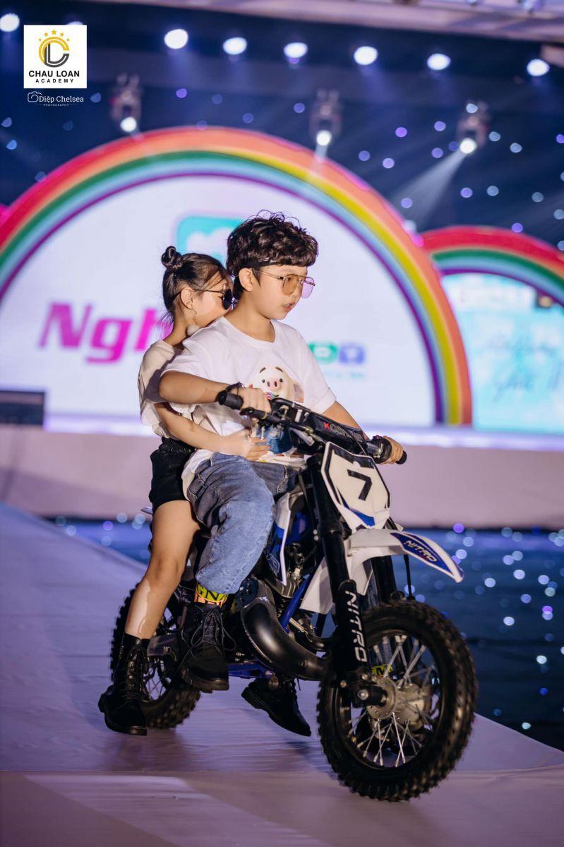 Hai mẫu nhí Nhật Huy và Yến Oanh đại diện thương hiệu Nghĩa baby mở màn cho BST cực chất