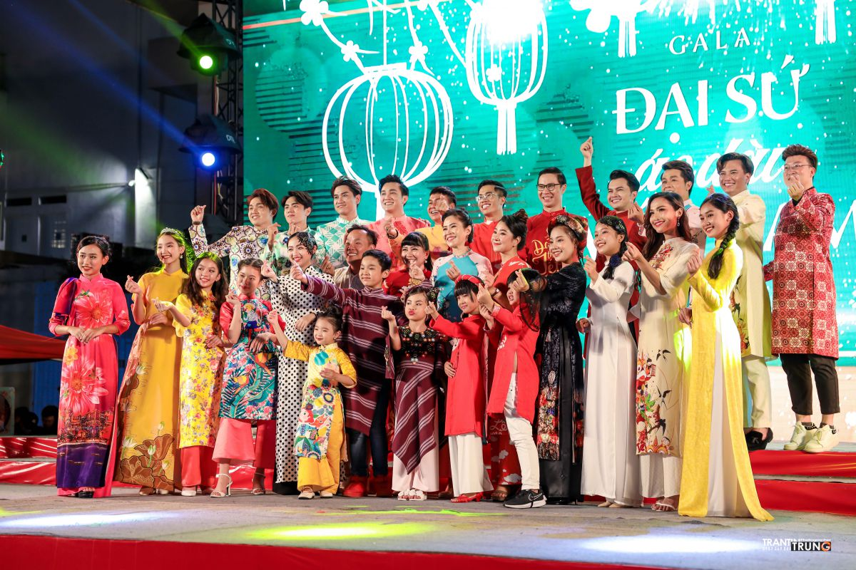 Bông sen vàng Tô Hồng Yến Oanh toả sáng trên sân khấu gala đại sứ áo dài việt nam 2021