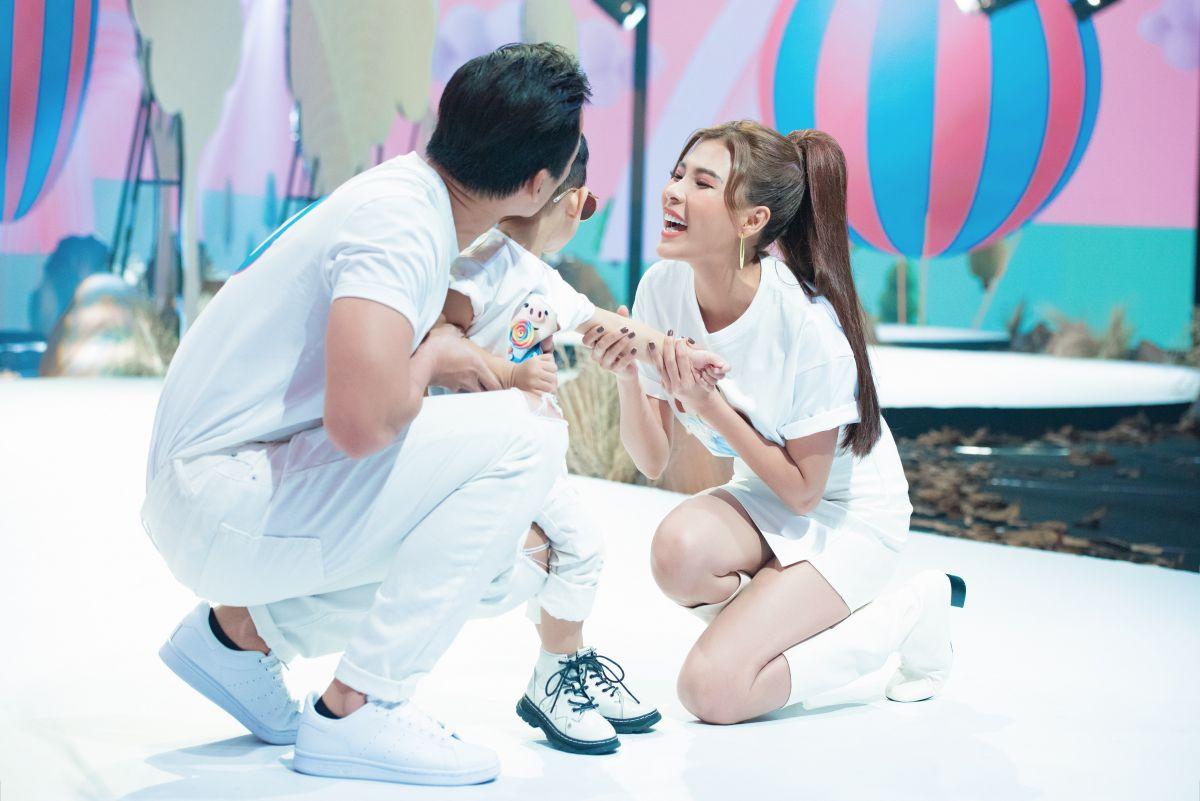 Thúy Diễm -  Lương  Thế Thành cùng con trai diễn Vedette trong tuần lễ thời trang trẻ em.
