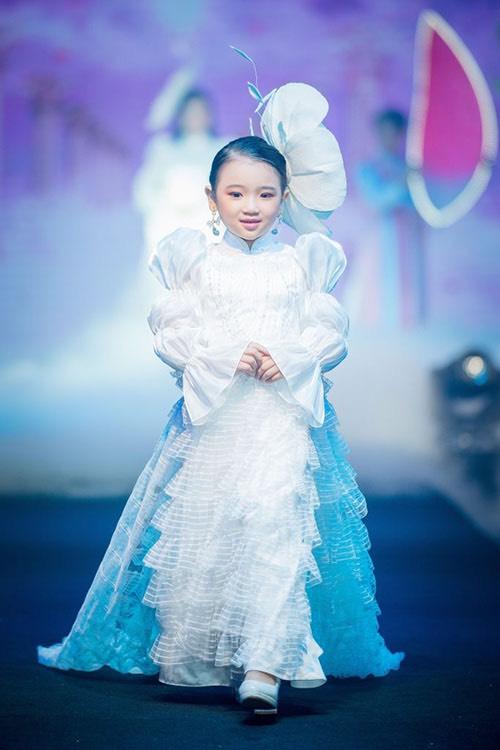 """Yến Oanh hóa thân thành """"Công Chúa Tuyết"""" cùng Á hậu Thúy An diễn Vedette tại Tuần lễ thời trang Dorii"""