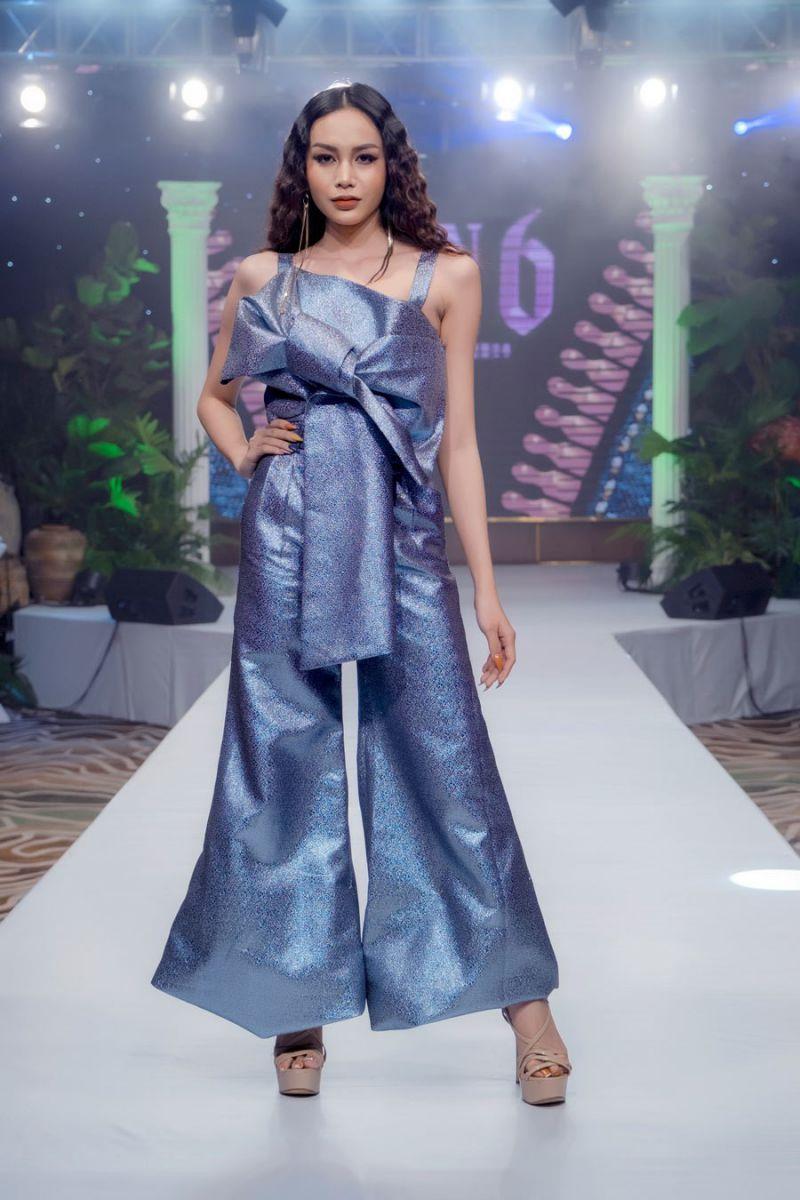 Là vedette cho BST đầu tiên, chân dài gốc Đà Lạt - Nguyễn Đình Như Vân đã có màn catwalk lôi cuốn với chiếc áo lông dài màu tím trendy kết hợp với bộ bikini màu pinky sexy khoe đường cong.